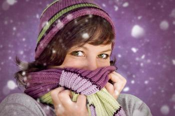 Чтобы не подхватить простуду зимой, дышать нужно только через нос, а в мороз прикрывать нос и рот шарфом.