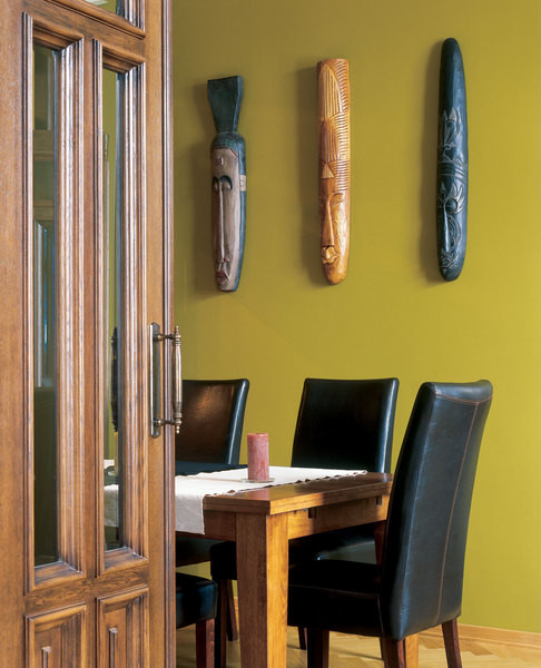 Двери изготовлены и искусственно состарены в мастерских «Школы-студии дизайна» по эскизам Карины.