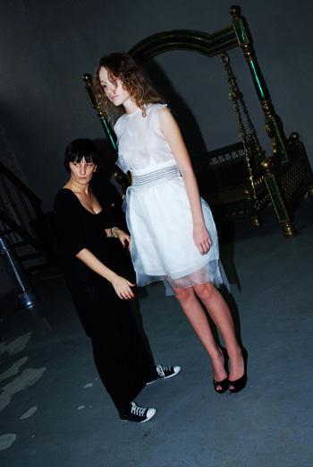 Весной и летом 2010 года мы будем выбирать модели с графичными силуэтами, объемными бедрами и подчеркивать узкую талию.