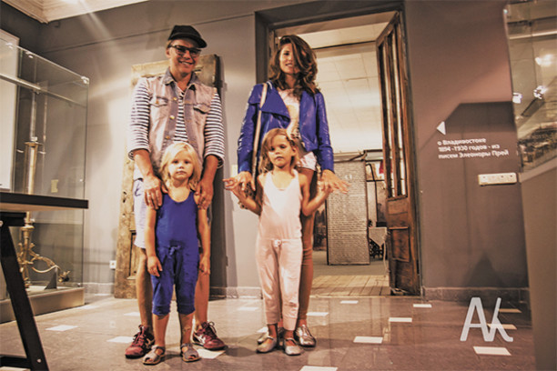 Илья Лагутенко с семьей в музее им. Арсеньева