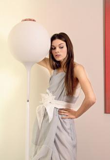 Многослойное платье из шелка, Maria Calderara; шелковый пояс с искусственным цветком, Loewe.