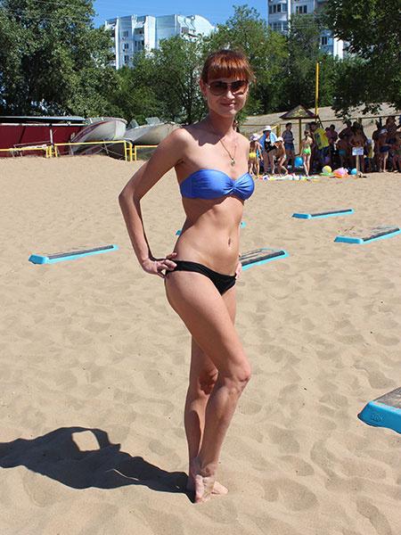 Девушки в купальниках на пляже Саратова