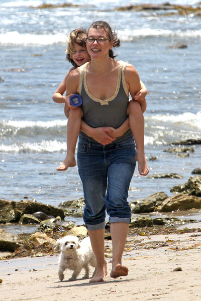 Милла Йовович с семьей отдыхает на пляже Малибу