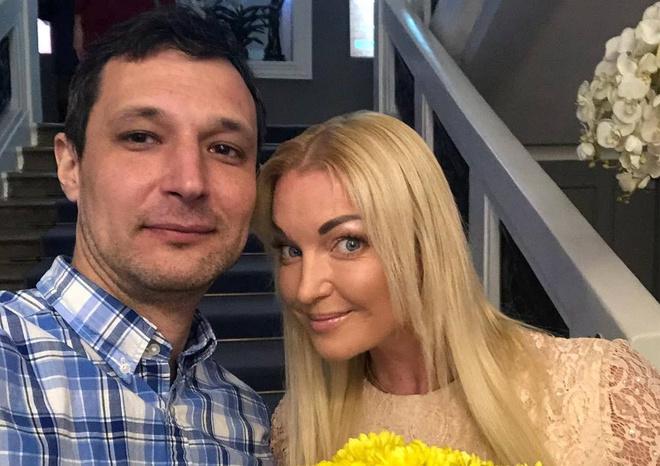 Бывший возлюбленный Волочковой меняет женщин как перчатки