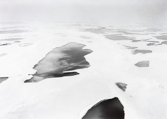 """Выставка """"Истина"""" известного международного фотографа Томаса Джошуа Купера, представляет новые работы из серии «На краю света» - непрекращающийся проект, в котором художник стремится запечатлеть материки и острова Атлантического океана."""