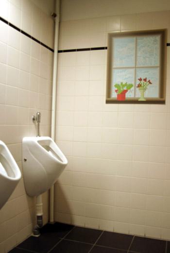 В компании Ilse Media не скучно даже в уборных. Милые нарисованные окошки с горшечными цветами украсили стены и здесь.