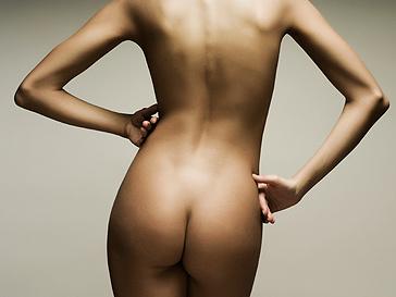 Инсталляция голых женщин.