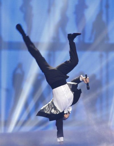 """На """"Евровидении"""" не только поют, но еще и стоят на руках."""