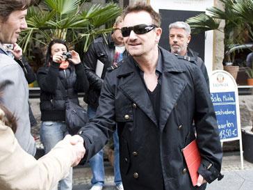 Фронтмент U2 Боно (Bono) поддерживает супругу Арнольда Шварценеггера