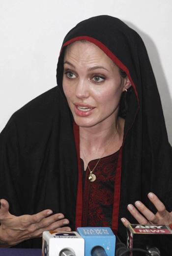 На встречу с жителями Пакистана и интервью актриса надела темное длинное платье и платок, прикрывающий волосы.