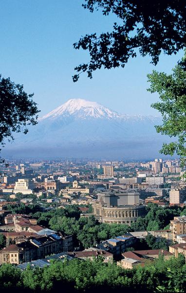 Вид из города на библейскую гору Арарат