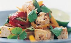 Теплый тофу с салатом из лосося