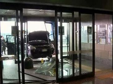 Машина, на которой мужчина протаранил дверь, оказалась угнанной