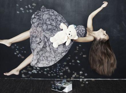 Девушка летает во сне