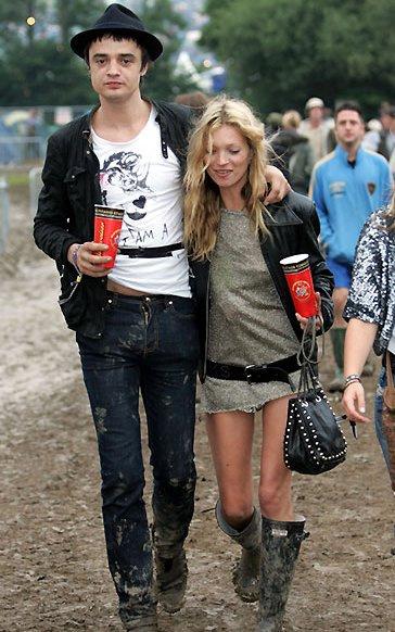 Еще одна законодательница мод и любитель музыкальных фестивалей и музыкантов, Кейт Мосс демонстрирует свои безупречные ноги, которые даже в заляпанным грязью сапогах выглядят как будто в лубутэнах.