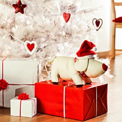 Подарки красиво разложены под елкой.