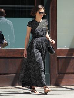 Кира Найтли на прогулке в платье Chanel