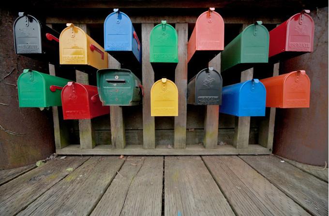 Разноцветные почтовые ящики