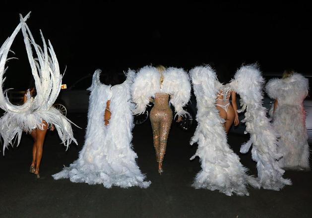 Звезды, гуляющие по улице в нижнем белье