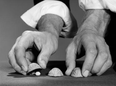Игра в наперстки: выиграть невозможно