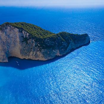 Аргаси — один из первых развитых районов острова с бескрайним пляжем и очень чистым морем. Не менее живописны пляж Порто-Зоро, побережье Агиос-Николаоса и Василикоса, и песчаный пляж Геракас.