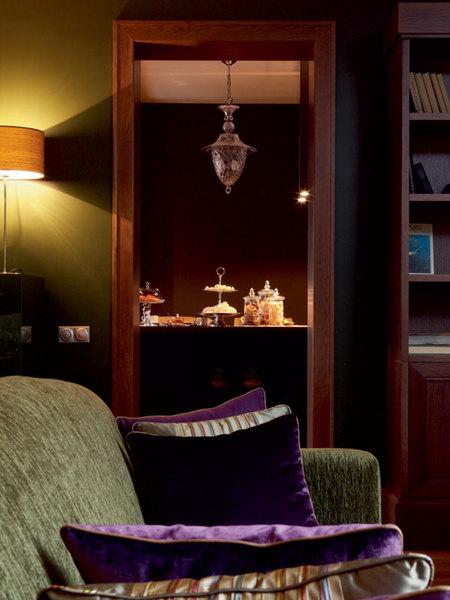 Вцентре гостиной стоит большой глубокий диван, Marie's Corner, на который уютно залезть с ногами.Обивка, Gaston y Daniela. Люстра, Italamp.