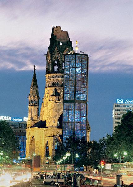 Полуразрушенный в результате бомбежек Курфюрстендамм – один из символов Берлина.