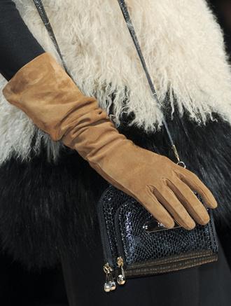 Элегантные замшевые перчатки на показе Blugirl, осень-зима 2011-2012