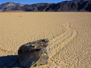 Самодвижущиеся камни оставляют за собой характерные следы на песке