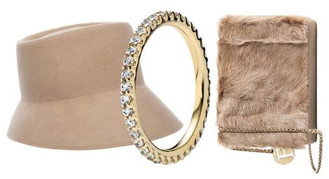 Шляпа, Ermanno Scervino, 17 000 руб.; кольцо, Pandora, 15 500 руб.; сумка, Furla, 11 930 руб.