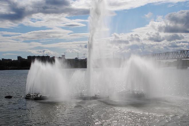 Плавучий фонтан на Набережной