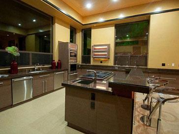 Просторная кухня в доме Рианны