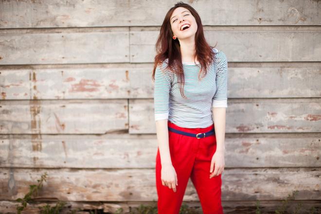 с чем носить цветные брюки