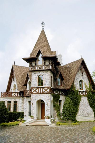 Дом построен в традициях нормандских замков.