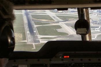 Это - автоматическая курсо-глиссадная система, она выводит самолет точно на осевую линию полосы.