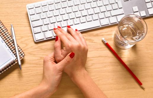 от чего болят кисти рук