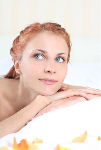 Чистка лица может производиться косметологом вручную или при помощи аппарата – все зависит от типа кожи и ее чувствительности.