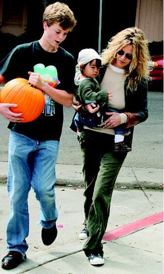 2006 год: с сыном Джеком и приемной дочерью Дейзи.