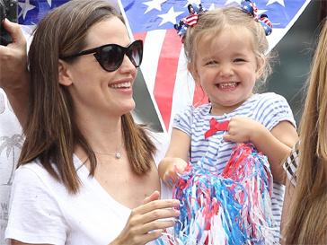 Бен Аффлек (Ben Affleck) и Дженнифер Гарнер (Jennifer Garner) устроили дочерям настоящий День независимости.