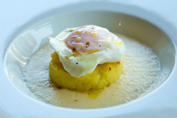 Яйцо-пашот с сырным соусом фондута