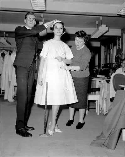 Платье-трапеция из первой коллекции Ив Сен Лорана для Дома Christian Dior, 1958