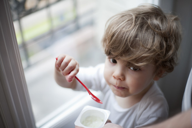 Если ребенок не ест молочные продукты, обогатите его рацион морской рыбой и зелеными овощами