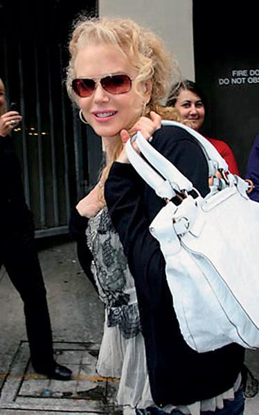 Кидман с сумкой Salvatore Ferragamo.