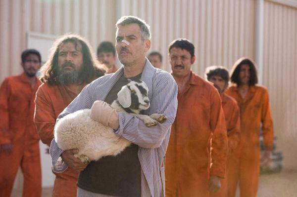 Гипс, с которым Клуни играет в «Безумном спецназе», настоящий.