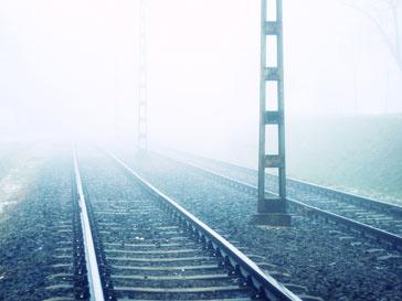 Машинист поезда сигналил мужчинам, но они не услышала сигнал из-за наушников