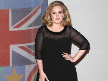 Адель (Adele) в платье Burberry на церемонии BRIT Awards 2012