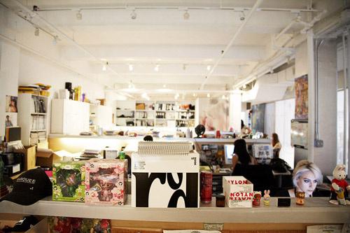 Все шкафы, стены и потолок в редакции выкрашены в белый цвет, что делает ее очень светлой.
