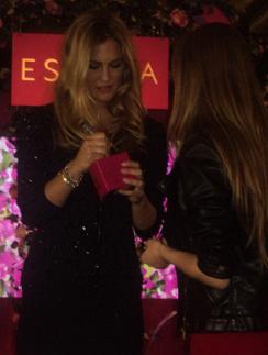 Бар Рафаэли (Bar Rafaeli) подписала флакон Escada Especially.