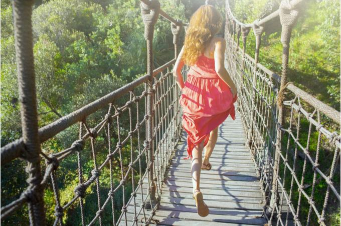 Девушка на подвесном мосте