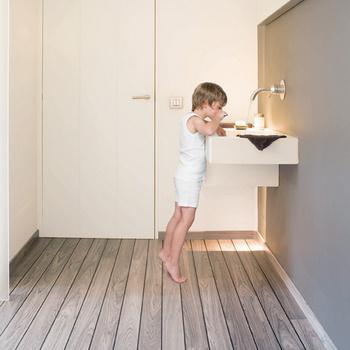 Ламинат из серии Lagune, цвет «серый тик», Quick-Step, компания Unilin Flooring.